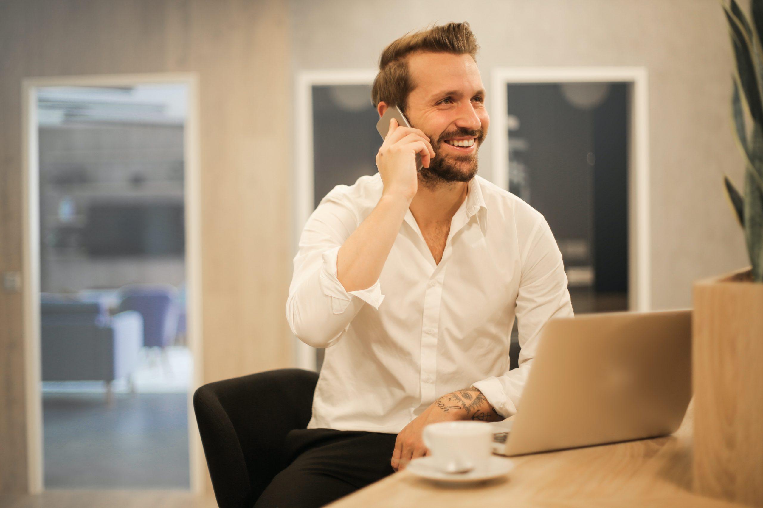 agente de seguros al télefono