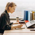 mujer trabaja en escritorio