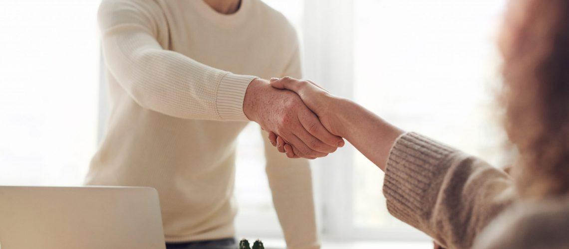 agente de seguros con cliente