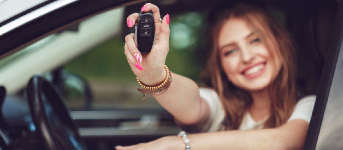mujer-joven-tenencia-llaves-coche-nuevo_93675-60924